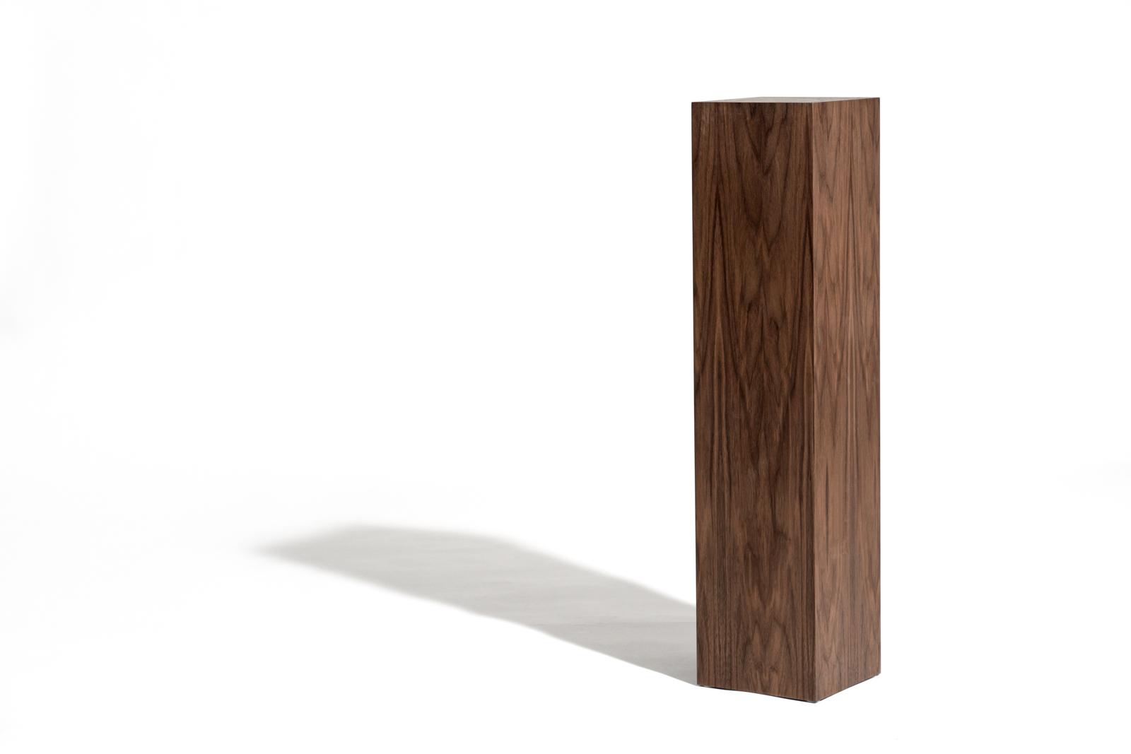 piedestal i valn t fr n lineaire kompromissl s design. Black Bedroom Furniture Sets. Home Design Ideas